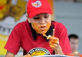 Sonya_Thomas_Won_contests_by_Eating_chicken_wings
